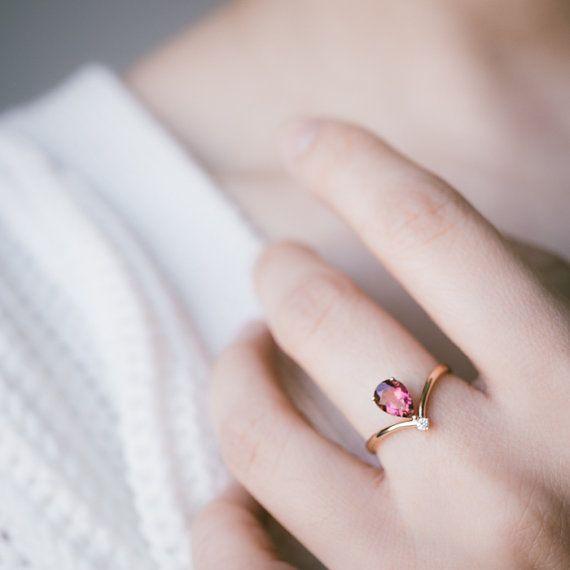Metall: 18 Karat Gold. Ihrer Wahl von weiß, gelb oder Rotgold. 1,5 mm breiten Ring. (Im Bild Roségold)  Mitte Edelstein: VVS top Qualität natürlichen unbehandelten pink Turmalin. 5x7mm. (Sie können auch Aquamarin oder grüner Turmalin zum gleichen Preis auswählen)  Diamant: Natürliche und echte, 0,02 Carat, ca. 2mm Runde, Schnitt, G-H-Brillantweiß Farbe, VS Klarheit, kostenlos in Konflikt stehen.   Ihre Bestellung wird Geschenk verpackt und versendet, versicherte und nachverfolgbare durch…