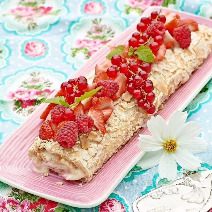 Smarrig rulltårta med sötsyrlig fyllning. Den serveras med fördel direkt när den har rullats ihop eftersom marängen mjuknar efter en stund.