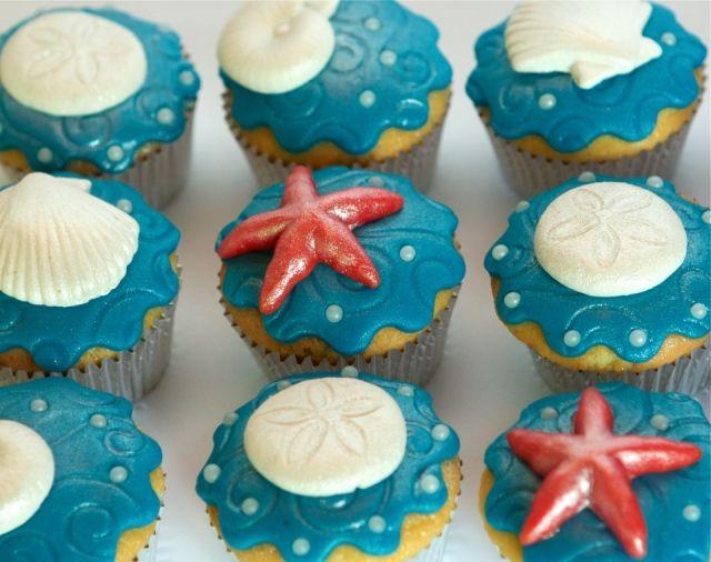 Blauwe cupcakes van de zee met zeester en schelp