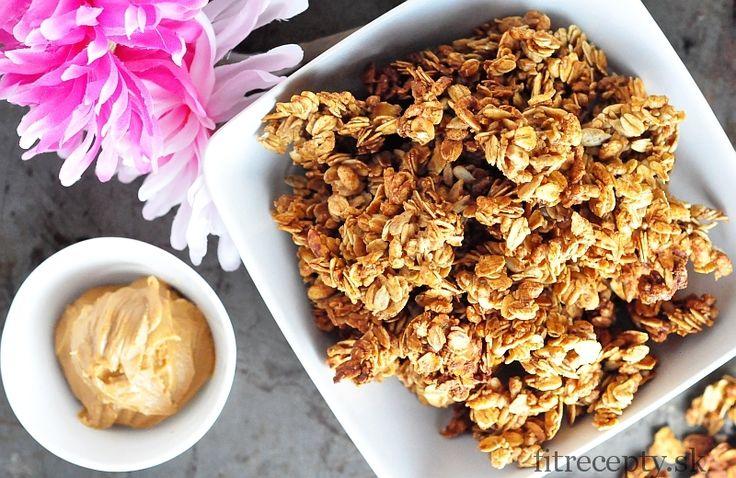 Zdravé a výdatné raňajky s arašidovým maslom a ovsenými vločkami, ktoré vám dodajú energiu na množstvo hodín. Ak máte radi arašidové maslo tak určite neváhajte a vyskúšajte túto chrumkavú granolu. Použiť môžete prípadne aj mandľové či kešu maslo. Táto granola chutí skvelo s jogurtom, mliekom či samostatne. Ingrediencie (na 6 porcií): 300g ovsených vločiek 50g […]