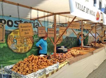 Los productos artesanales atraen a cientos de personas a Valle de Mena  Una treintena de puestos ofrecen al público creaciones artísticas y culinarias en la VIII edición de la feria de artesanía del municipio menés