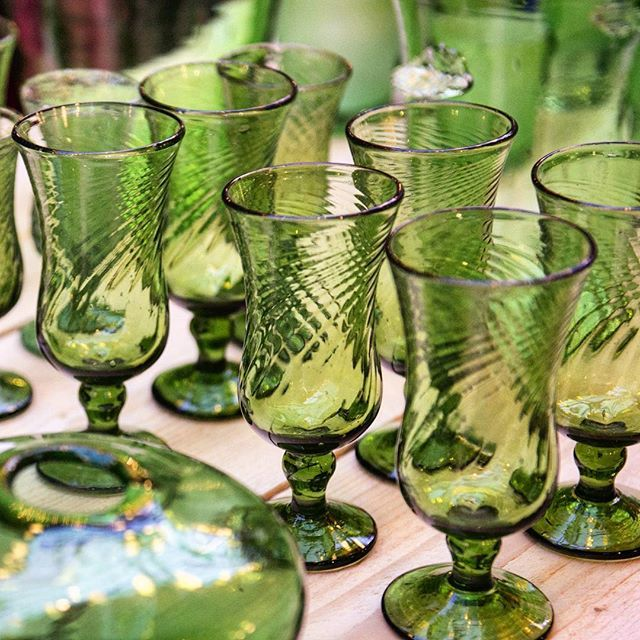 Recycling helps the planet. We're green as grass, green as glass! Notre verre est bien vert.