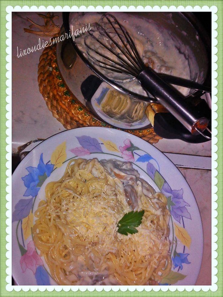 Ζυμαρικά με λευκή σάλτσα κορν-φλάουρ, μανιτάρια και ροκφόρ