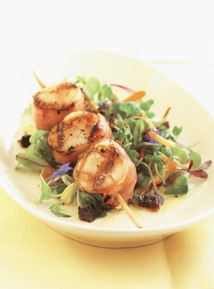 Recette de Ricardo de brochettes de pétoncles à la pancetta. Ces brochettes de pétoncles, rapides à préparer, font une excellente entrée de fruits de mer.