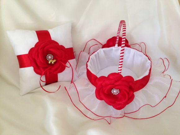 Lindo kit composto por uma cesta para florista é uma almofada porta alianças na cor branca com vermelho. Confeccionada no cetim, com flores e miolo de pérola com strass. Cesta toda forrada, almofada com uma fita para amarrar as alianças. Fino acabamento. Medidas: Cesta: 18cm de diâmetro e 23 cm...