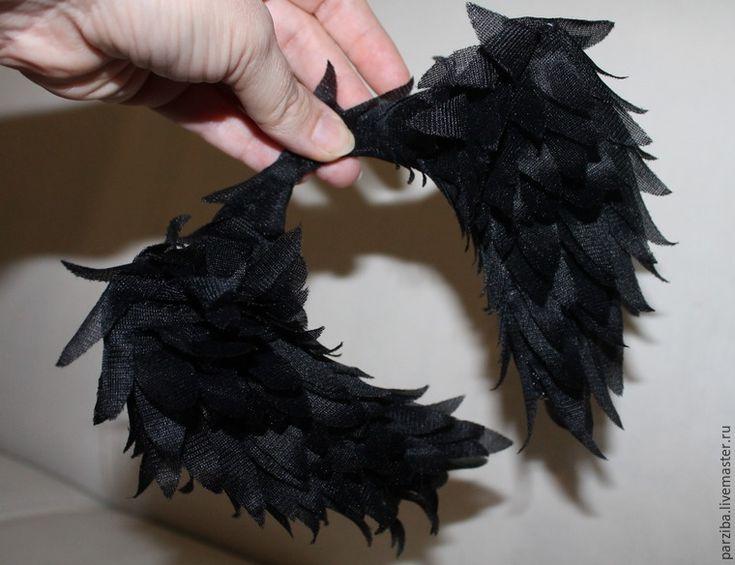 Буду очень рада, если кому-то пригодится мой опыт по созданию крыльев. Это очень маленький и простой мастер-класс, не судите строго :) Очень захотелось мне сделать крылья для своей куклы, встал вопрос, как? Решила начать с того, что у меня для этого имеется в наличии. Нашлась проволока, черная капроновая сетка с люрексом и подкладочная ткань (раньше из такой комбинации шили, если кто помнит).…