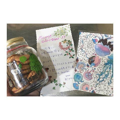 閉店前にサンタさんが来てくれた♡ 嬉しいお手紙つき♡ キュッパのクッキーと大好きなクラゲのポストカード‼︎お出掛けした時に好きそうって買ってくれてたらしい‼︎ 嬉しすぎるー♡  #サンタさんがやってきた #浅野サンタさん #嬉しいお手紙 #クラゲ #キュッパ #クッキー #皆でいただきます #ありがとう