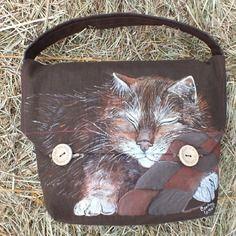 Chut!!! un gentil petit chat dort, peint sur un sac en lin marron