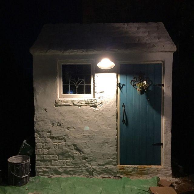 nidoneさんの、塩系インテリアの会,アンティーク,アンティーク風,小屋,小屋DIY ,ライト,ライトアップ,ステンドグラス,小窓,ドア,モルタル造形,玄関/入り口,のお部屋写真