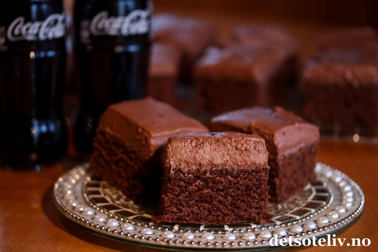 Sinnsykt deilig og myk, amerikansk sjokoladekake! Dessuten er den kjempelettvint å lage. Kaken inneholder Coca-Cola brus i både kake og glasur. Sjokoladeglasuren helles varm over kaken slik at den får trukket skikkelig godt inn i kaken, og dette gjør at hver bit smaker himmelsk! Oppskriften er til liten langpanne. Love America!