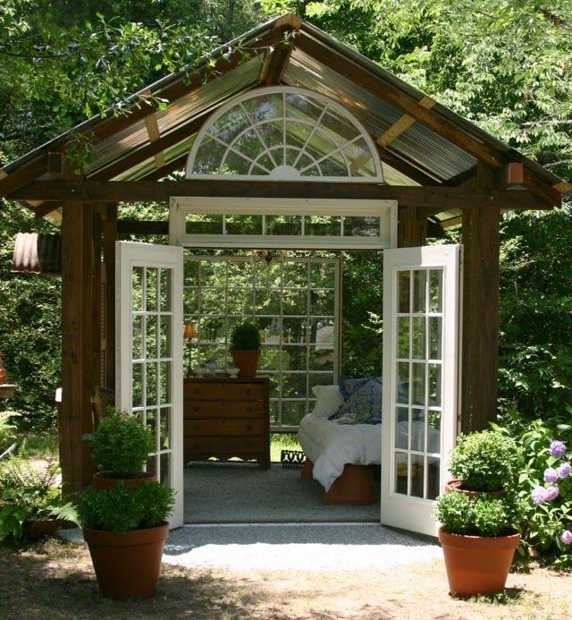 Gartenhaus-Glasfenster-Landhausstil-dunkles-Holz-wei%C3%9Fe-T%C3%BCren-Satteldach.jpg