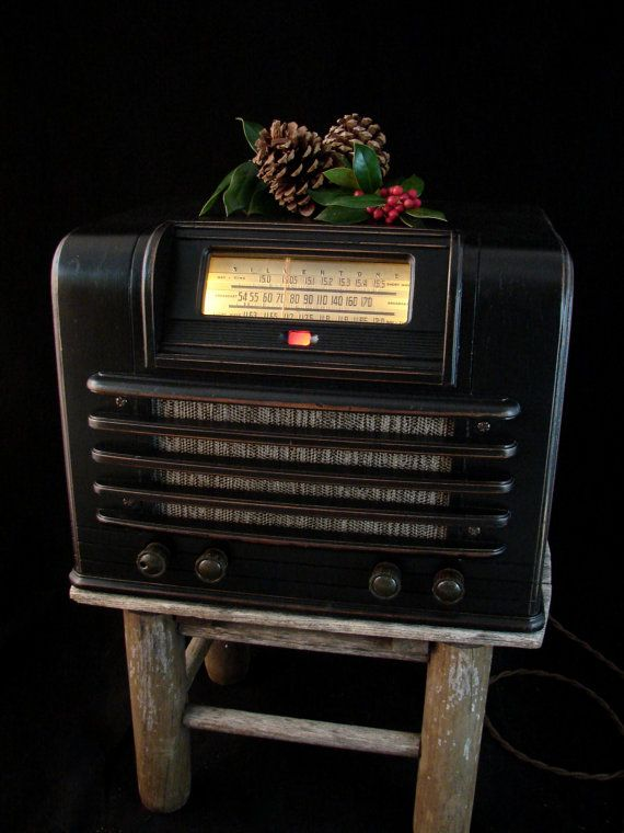 Upcycled 1941 Radio with LEDs and Bluetooth