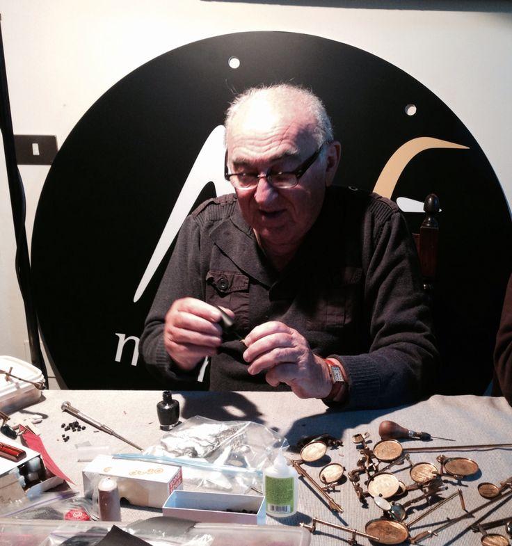 C'è ancora lui domani al Moncalieri Jazz: Emilio Lyons, il riparatore di sax più famoso del mondo! Tecniche, passione e micro-operazioni chirurgiche a confronto… Una lezione di vita musicale da non perdere! www.moncalierijazz.com