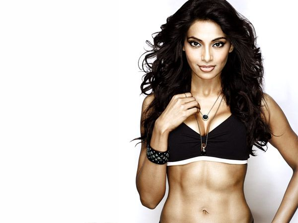 Bipasha Basu A beNgali Girl who becomes so Popular iN bollywood industry just because of her Fit Body aNd Physique..