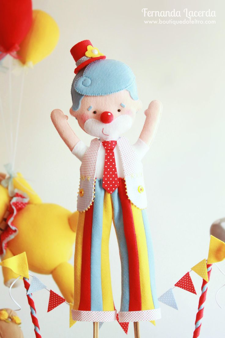 """""""Festa em Feltro: a magia do Circo""""  por Fernanda Lacerda  Palhaço perna de pau, com sua roupa charmosa e colorida!"""