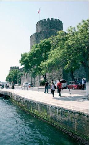 RUMELİ HİSARI Anadolu Hisarı-nın karşısına, İstanbul Boğazı-nın kuzeyinden gelebilecek saldırılara karşı Fatih Sultan Mehmet tarafından yaptırılmış. Uzaktan bakıldığında, eski harflerle 'Muhammed' biçiminde okunacak şekilde inşa edilen hisar, bugün müze ve açık hava tiyatrosu olarak kullanılıyor. Hisarda yıllardır Rumeli Hisarı konserleri düzenleniyor. Çevresinde ise özellikle yaz aylarında kahvaltı edenlerle dolup taşan kahveler ve balık restoranları bulunuyor