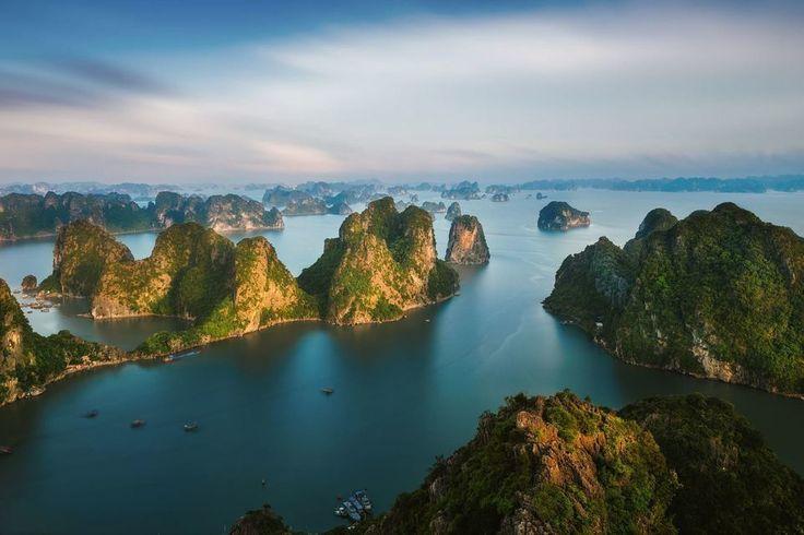 Vietnam uno de esos lugares que me encantaría visitar. Esto es la bahía de Ha Long vista desde la cima de la montaña Bai Tho. Declarada Patrimonio de la Humanidad por la UNESCO en 1994. Maravilla natural del mundo en 2011. Buscad si podéis su leyenda en Wikipedia es curiosa explica el por qué de la formación de esas islas. Fot.: Peter Stewart #paisaje #landscape #agua #water #isla #island #vietnam #halong #musica #music  Jukebox [Kaiser Chiefs - Oh my God]