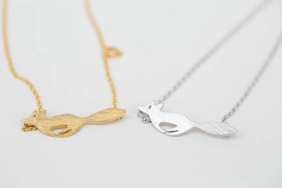 Uroczy wisiorek z przywieszką w kształcie biegnącego liska. Naszyjnik wykonany ze stali nierdzewnej.  Wielkość przywieszki: 1-2 cm  Długość łańcuszka: 45 cm