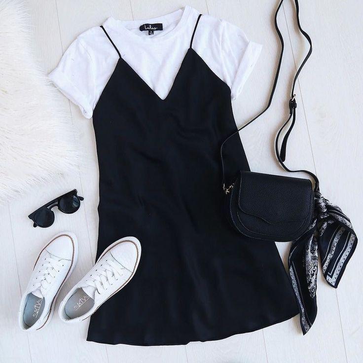 Ziehen Sie Ihr Slip-Kleid an, indem Sie es mit einem kleinen weißen T-Shirt und Sneakers ing