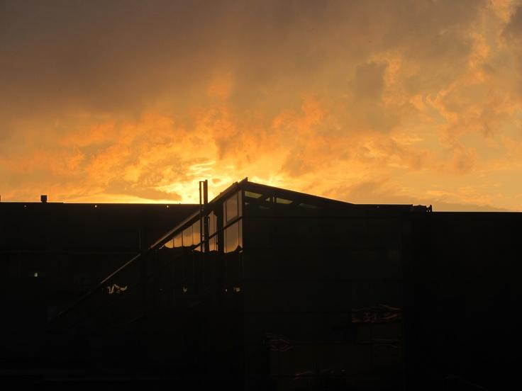 Ennen kotiinlähtöä on mahtava ihailla moista auringonlaskua suoraan Helsingin sydämmestä.