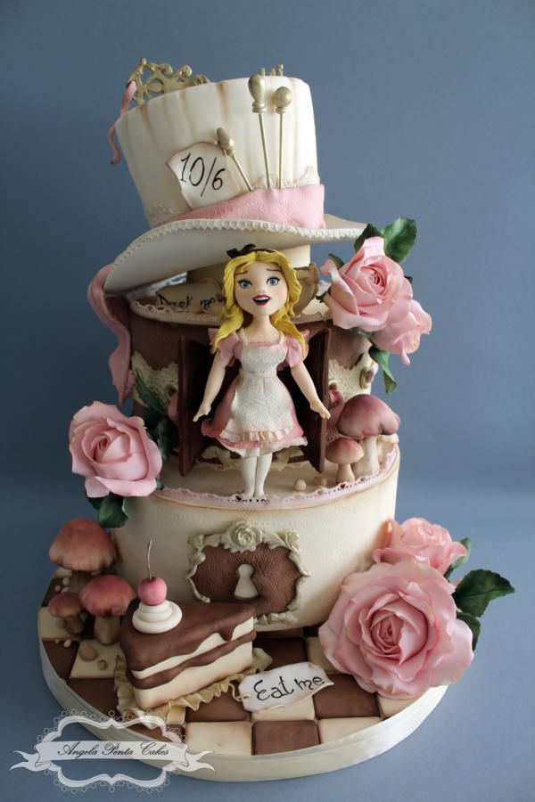 """Hi!! This is an """"Alice in Wonderland"""" cake I made few months ago. I love this theme <3"""