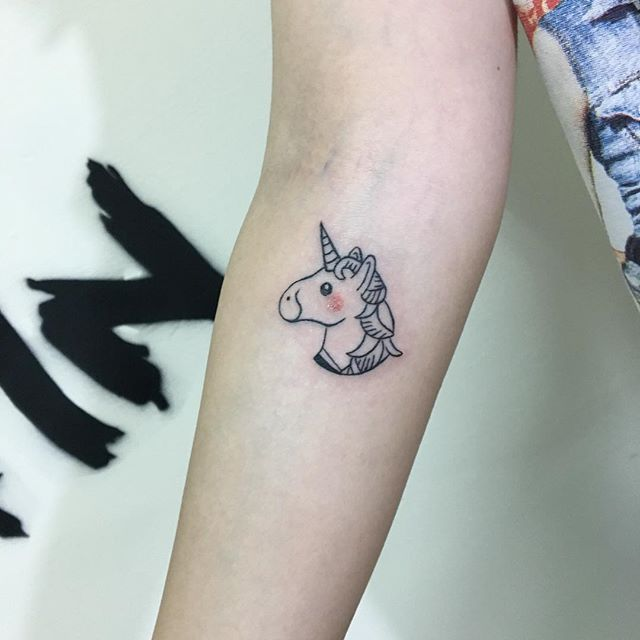 Les 25 meilleures id es de la cat gorie tatouage licorne sur pinterest miami ink tatouages - Tatouage a deux ...