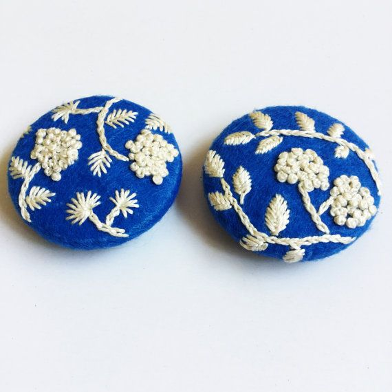 Blue cream floral embroidered buttons / Hand by CREAMENTE on Etsy