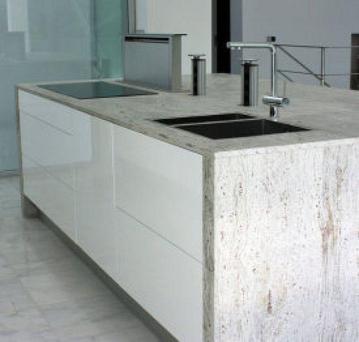 Cocina blanca con encimera de granito y extractor de encimera Neff
