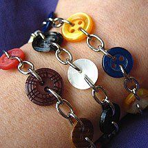 Tre armband av knappar