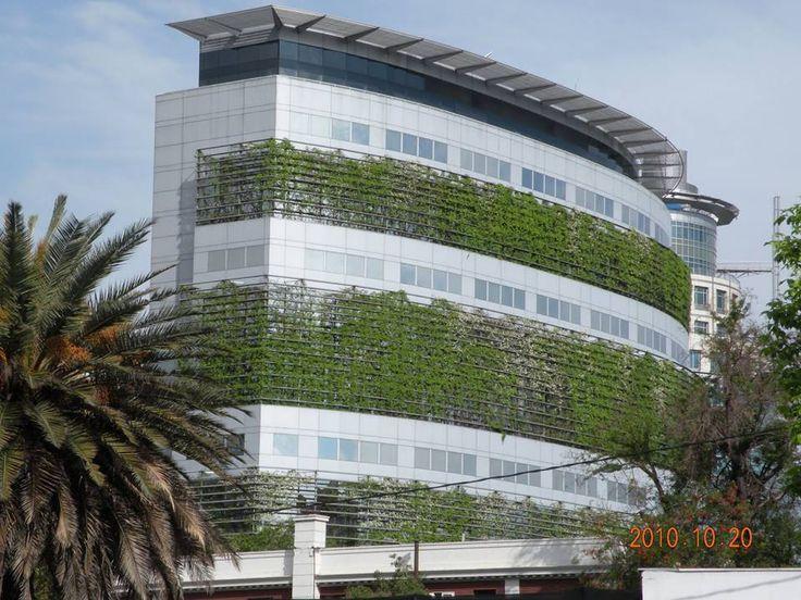 Brise Vegetal em Santiago, Chile. Ideal para a revitalização das fachadas e economia em climatização. O prédio também fica protegido contra a ação do tempo.