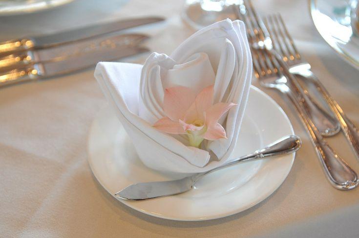 Dekoracja z serwetki, fot. Pixabay #komunia #PierwszaKomunia #serwetka #kwiatek #serwetki #origami #biały #brzoskwiniowy #różowy #stół #talerz #zastawa #serwis #materiał #przyjęcie #impreza #ślub #urodziny #komunijne #dekorowanie #uroczystość #święta #inspiracje #kwiaty #widelec