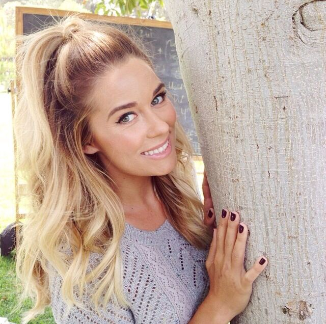 Im really loving these half up hair styles coming back from the 90s. Of course the amazing LC looks perfect as always. #halfup #laurenconrad #hairstyles