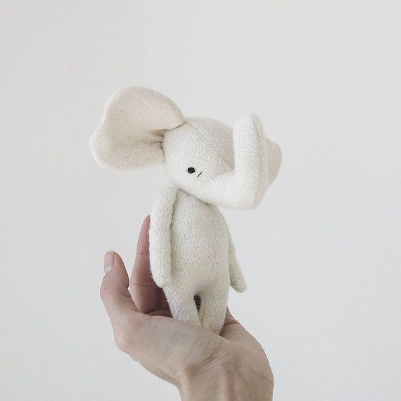 les êtres chers. faite pour les petites mains, grand cœur. la main de tissus vintage et laine farce avec une visage de brodées à la main. éléphant
