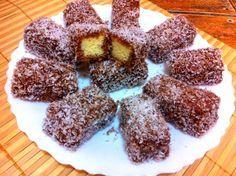 """Prajitură """" tăvălită"""" in nucă de cocos, o retetă simplă cu blat pufos si sirop de ciocolată • Gustoase.net"""