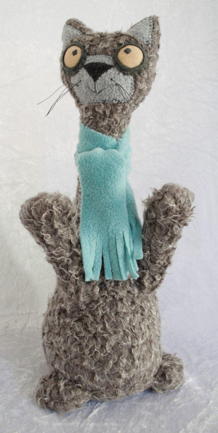 """Этот счастливый парнишка Самсон - дверная пружина. Его лапки вверх тянутся  обниматься! Когда я спросил - Где он хотел бы жить, он просто сказал, что хотел бы жить с тем, кто хочет его! Он ручной работы из восхитительной неряшливой теплой серой-коричневой шерсти, наполнен песком и полиэстром, он носит цвета мяты  флисовый шарф. H15 """"х W7"""" х D6 """""""