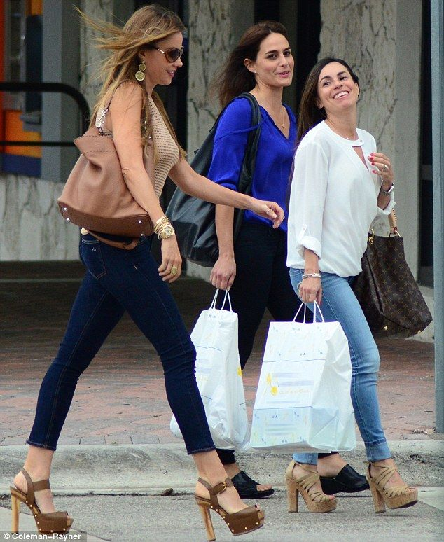 http://news-all-the-time.com/2014/04/14/sofia-vergara-towers-over-her-pretty-cousins-but-did-she-cheat-with-eight-inch-platform-shoes/ - Sofia Vergara towers over her pretty cousins...but did she cheat with eight-inch platform shoes?  - By Bobbie Whiteman  She was certainly walking tall as she stepped out with her beautiful cousins in Miami. Sofia Vergara, who is 5ft 7ins, towered over Rose and Mariana Vergara by boosting her height with perilously high-heeled platform sandal