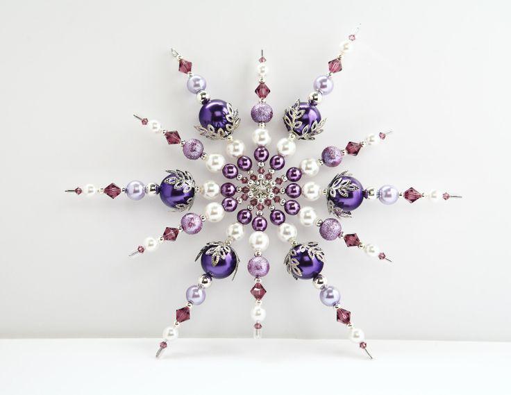 """Fialková hvězdička Vánoční hvězda ve fialkové barvičce. Na konci jedné """"větvičky"""" je očko pro protažení provázku či šňůrky na zavěšení. Zavěšena může být na vánoční stromeček nebo i jako samostatná dekorace například do okna či kdekoliv jinde v bytě. Ostatní větvičky jsou zakončeny naušnicovou zarážkou. Není pravděpodobné, že by spadla, ale je ..."""