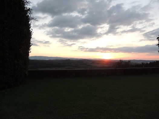 Magical sunset by the terrace overlooking #tuscanhills
