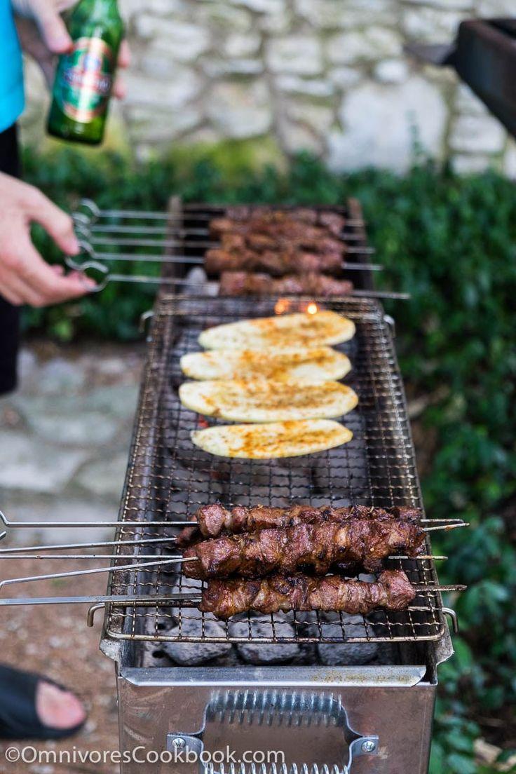 Le guide ultime pour l'hébergement d'un gril chinois et BBQ party dans votre arrière-cour, avec une introduction à un grill chinois, des outils, des suggestions de menus, flux de travail, et tout le reste!