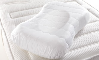 Swissflex | The ergonomic design of the pillow with two sides at different heights  nestles perfectly against the neck and shoulder area.  Slaapcomfort bij Slaapkenner Theo Bot Dorpsstraat 162 Zwaag