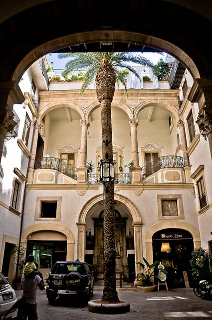 Courtyard patio - Palermo, Sicily  | by © Ruggero Poggianella, province of Palermo