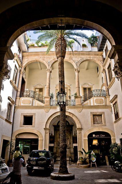 Courtyard patio - Palermo, Sicily  | by © Ruggero Poggianella, province of Palermo