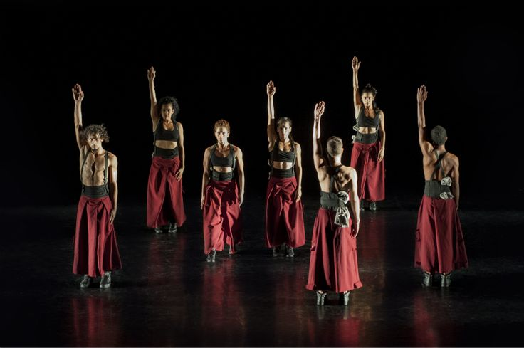 Los Hijos del Director es una de las compañías de danza contemporánea más vanguardistas, estimulantes y creativas de La Habana.  El colectivo debutó en 2013 y, gracias al original trabajo de sus coreógrafos, ha alcanzado rápidamente un gran éxito.