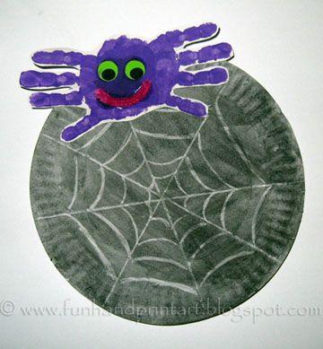 Spin (twee handen tegen elkaar) Een kartonnen bordje zwart schilderen en dan met wit een spinnenweb schilderen.