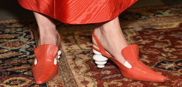 Originales zapatos de tacón en color rojo.