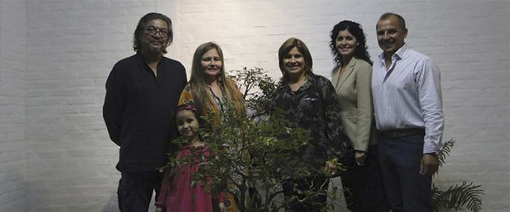 Presentación del árbol bonsái  en miniatura, durante el debate del peligro  de extinción de la flora en Paraguay, realizada en la ciudad de Coronel Oviedo.
