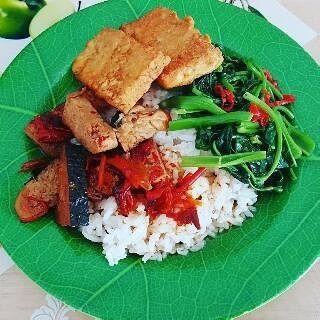 Nasi ikan asem pedes vege  Junnie's delivery catering HALAL 100% Order PALING LAMBAT jam 11.00 untuk makan siang, karena pengantar kluar terakhir jam 12 (kmi butuh waktu buat siap2kan smua orderan) trus orderan stlh pengantaran terakhir (makan siang) cm bs diantar jam 3 sore lgi.  Nasi dengan ikan saus asem pedas, tempe goreng, kangkung.  Min delivery catering 30rb** ** : daerah, kondisi dan waktu hubungi Cp: junnie Pin:29FF58FD / 089691325679 NB: pemesanan 1 box bisa diantar tapi kena…