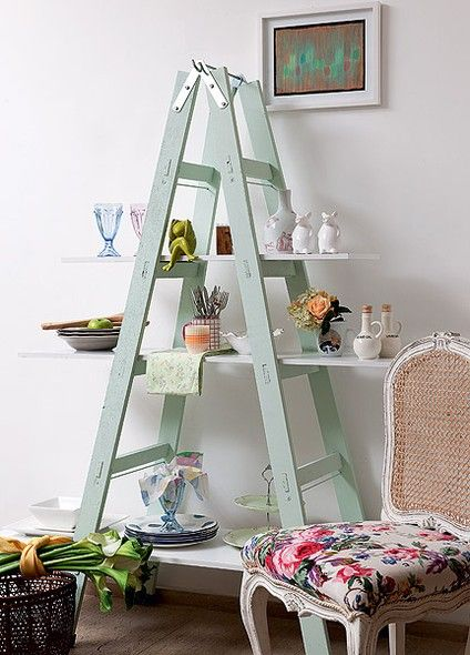 Com apenas três placas de MDF, uma escada de pintor e um pouco de imaginação, dá para criar uma falsa – mas prática – estante na copa