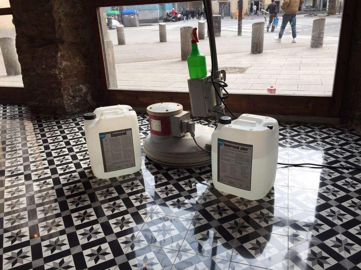 Proyecto realizado en un restaurante en Barcelona   Había otro #pavimento, lo hemos quitado y hemos puesto la #baldosahidráulica nueva   Una vez colocado el nuevo pavimento de baldosa hidráulica, se ha tratado con nuestros productos que se ven ahí, #CONTROLLINNERSEALPLUS para dar resistencia, protección e #impermeabilizar el pavimento y sus juntas, y #CONTROLLTOPSEAL para dar un acabado hidrofugante, facilitar su #limpieza, sin mantenimiento,   #Acksol es calidad exclusiva #komsol