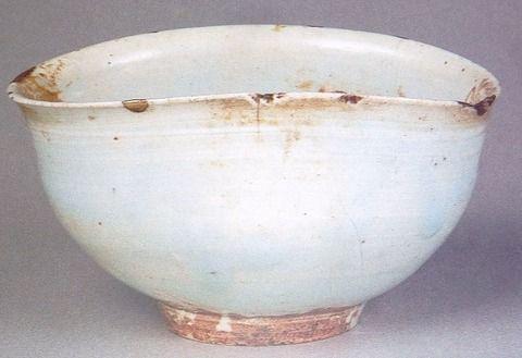 068 堅手茶碗 銘「秋かぜ」 静嘉堂文庫 その名のとおり堅そうな見た目をしているところからこの名がついています。たいていの堅手はこのように真っ白で、亀の甲羅のように頑丈そうな肌を持っています。形としては上のように少し歪みのあるものが多く見られます。後述の金海茶碗となんとなく似た雰囲気を持っていますがそれもそのはず、両者は同じ金海窯という窯で焼かれたもので、土から来るものなのか、赤焦げた部分が特に同じ特徴を示しています。